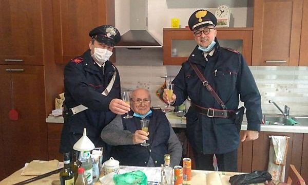 Allein an Weihnachten: 94-jähriger Italiener ruft die Polizei für Prosit